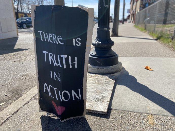"""""""V akci je pravda"""". Tak zní nápis nedaleko obchodu Cup Foods, kde v Minneapolis zemřel George Floyd. Soud s policistou Chauvinem se přesunul do třetího týdne a podle všeho se blíží k závěru. Foto: Jana Ciglerová, Deník N"""