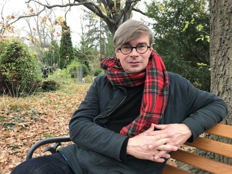 Jaroslav Rudiš na hřbitově v berlínské čtvrti Kreuzberg. Foto: Pavel Polák, Deník N