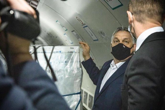 Maďarský premiér Viktor Orbán vítá čínské vakcíny na letišti v Budapešti. Foto: premiérův profil, facebook.com/orbanviktor