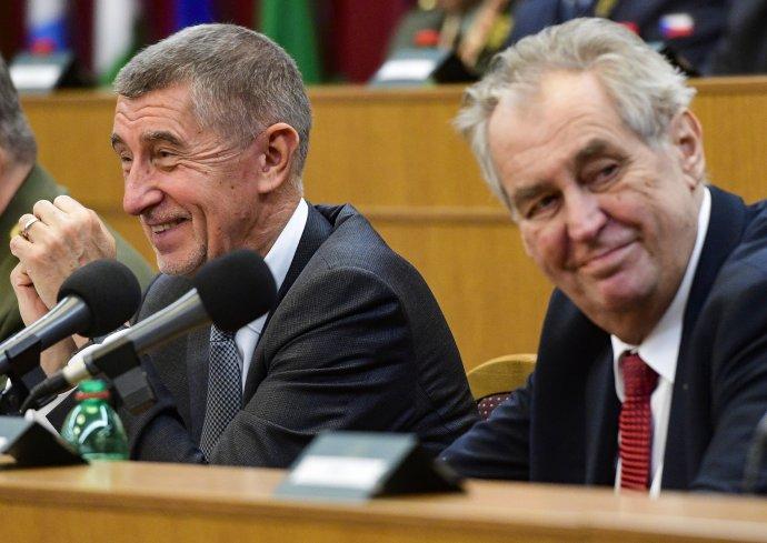 Premiér Andrej Babiš (ANO) aprezident Miloš Zeman (vpravo) na velitelském shromáždění kprioritám ahlavním úkolům armády vroce 2020, které se uskutečnilo 20.listopadu 2019vPraze. Foto: ČTK