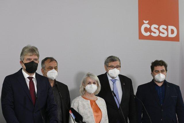 ČSSD musí být podle Jana Hamáčka srozumitelná, jeho vyzývatel ze sjezdu Tomáš Petříček proto musí opustit ministerskou funkci (na snímku nově zvolení místopředsedové strany). Foto:ČTK