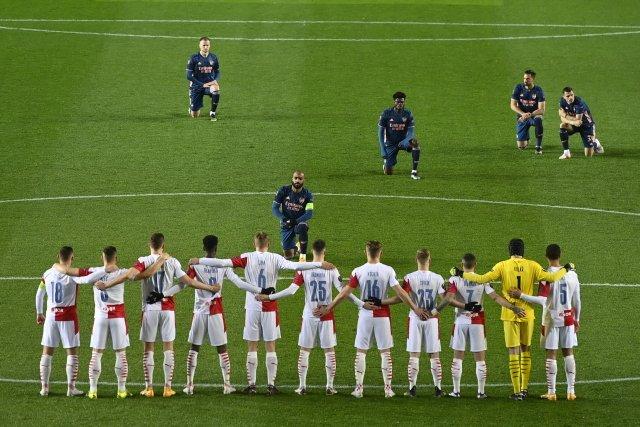 Fotbalisté Slavie před zápasem proti Arsenalu nepoklekli. Foto: ČTK
