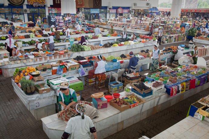 Jen málokdo zmístních si může dovolit nakupovat na stále dobře zásobeném ruském bazaru vturkmenském Ašchabadu. Foto Mike Moss, Flickr, CC BY-ND 2.0