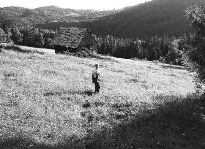 Martin M. Šimečka se vždy na léto stěhuje do maringotky na jednom zhorských úbočí uMuráňské planiny. Foto: Denník N