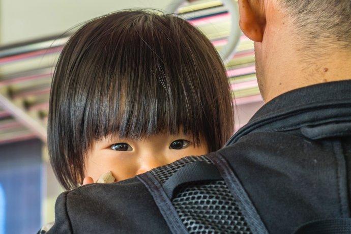 """""""Přestože Čína od roku 2015politiku jednoho dítěte ukončila, většina párů se do zplození druhého potomka nehrne, protože náklady na výchovu dětí jsou vČíně poměrně vysoké. Dlouhodobá politika jednoho dítěte ovlivnila imentální nastavení lidí."""" Foto:Alexander Schimmeck, Unsplash"""