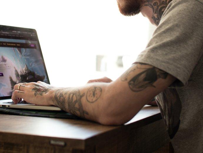Ve světě dnes hrají počítačové hry muži stejně často jako ženy. Foto: Felipe Pelaquin, Unsplash