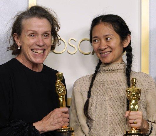Herečka a producentka Frances McDormandová a režisérka Chloé Zhao, s Oscary za vítěznou Zemi nomádů. Foto: Chris Pizzello, ČTK/AP