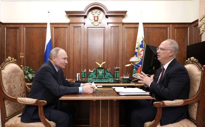Naposledy 2. dubna se ruský prezident Putin sešel s generálním vývozcem vakcíny Sputnik V po celé planetě, ředitelem Fondu přímých investic Dmitrijevem. Foto: kremlin.ru