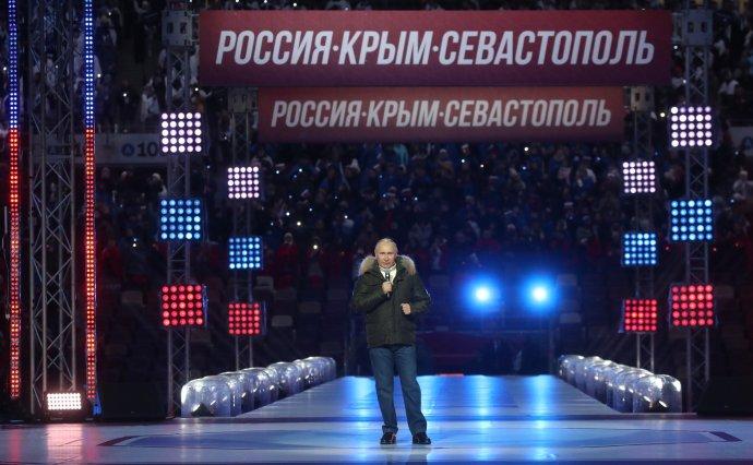 Bez jakékoliv ochrany vystoupil ruský prezident Putin na slavnostním koncertu upříležitosti 7.výročí připojení Krymu kRusku na moskevském stadionu vLužnikách. Bylo to šest dní před tím, než se nechal naočkovat první dávkou. Foto:kremlin.ru