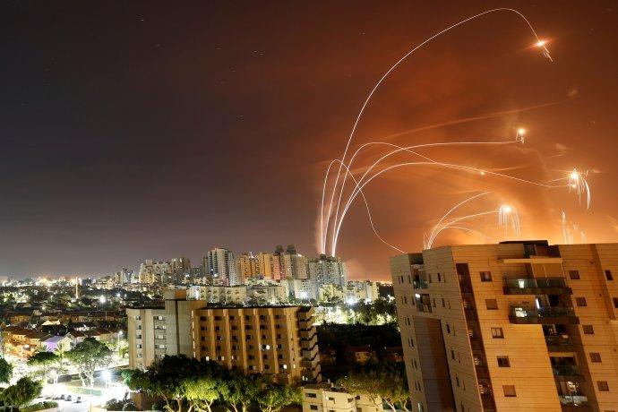 Palestinské rakety Kassám vystřelené na izraelský Aškelon aobranné rakety systému Iron dome. 12.května 2021. Foto:Amir Cohen, Reuters