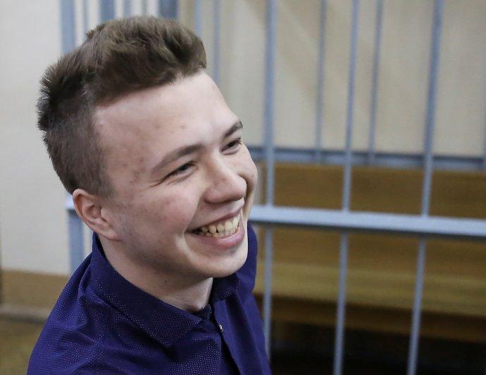 Běloruský novinář Raman Pratasevič při soudním jednání vroce 2017. Tehdy byl obviněn zúčasti na režimem nepovoleném protestu vKurapatské rezervaci. Foto:Reuters