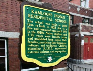 Vokolí této bývalé internátní školy pro děti původních kmenů byly nalezeny ostatky 215dětí. Nejmladšímu byly tři roky. Nález otřásl Kanadou. Foto:BC Ministry of Transportation, Flickr, CC BY-NC-ND 2.0