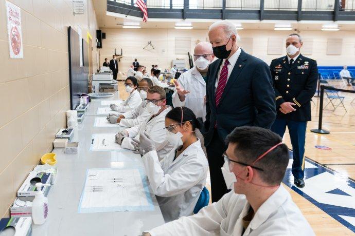 Americký prezident Joe Biden sleduje přípravu dávek vakcíny v nemocnici Waltera Reeda, kde se s covidem léčil i Donald Trump. Právě jeho příznivci patří mezi výraznou skupinu odmítačů očkování, kteří nejspíše znemožní USA, aby dosáhly brzké kolektivní imunity prostřednictvím očkování. Foto: Adam Schultz, Bílý dům