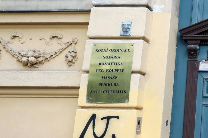 Nabídka na dveřích domu vpražské Bolzanově ulici. Foto:Ludvík Hradilek, DeníkN