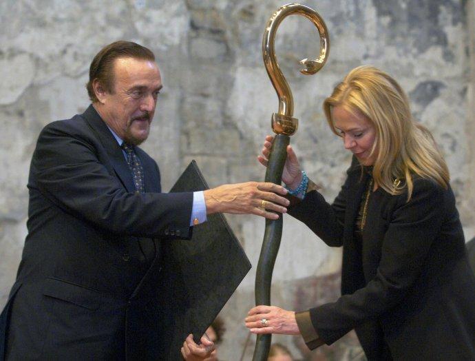 Philip Zimbardo převzal v roce 2005 v Praze cenu Nadace Dagmar a Václava Havlových Vize 97. Vpravo manželka bývalého prezidenta Dagmar Havlová. Foto: Michal Kamaryt, ČTK