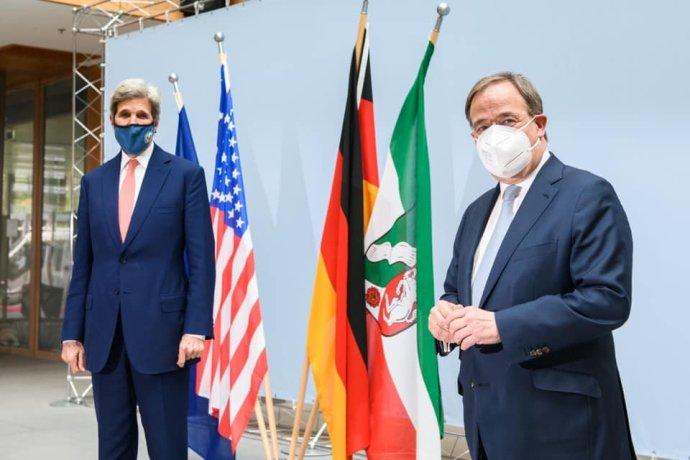 Lídr CDU akandidát na kancléře Armin Laschet (vpravo) svyslancem prezidenta USA pro otázky klimatu, exministrem zahraničí Johnem Kerrym 17.května 2021vBerlíně. Foto:ArminLaschet, Facebook