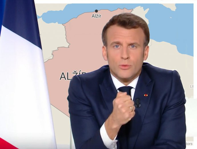 Francouzský prezident Macron na pozadí mapy Alžírska. Foto:úřad prezidenta, facebook.com/EmmenuelMacron, koláž DeníkN