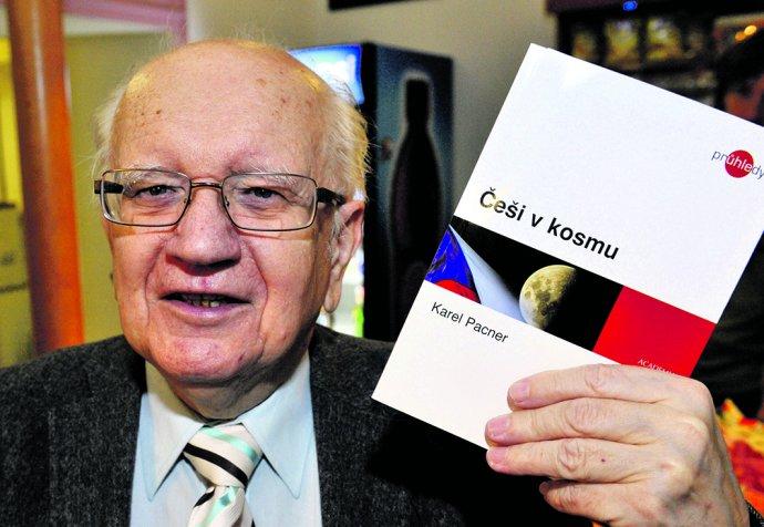Karel Pacner v roce 2011 představil svou knihu Češi v kosmu. Foto: Michal Doležal, ČTK