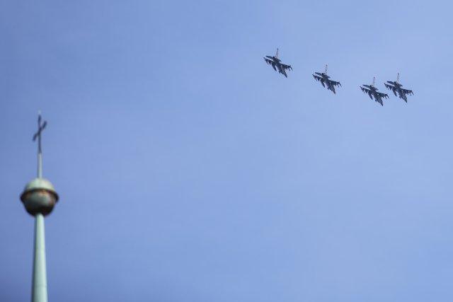 Letouny JAS-39 Gripen přelétají nad Plzní v rámci Dnů NATO v Ostravě a Dnů Vzdušných sil Armády ČR. Na snímku jsou spolu s věží katedrály sv. Bartoloměje. Foto: ČTK