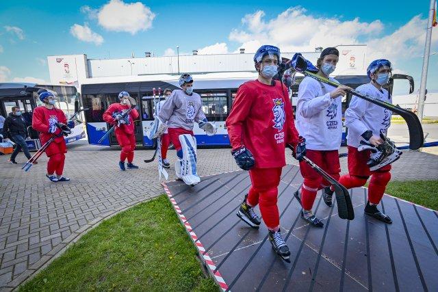 Čeští hokejisté na cestě zautobusu, který hokejisty odvezl ztréninkové haly do Olympijského sportovního centra. Foto:ČTK / Šimánek Vít