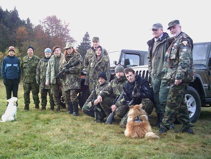 Andrea Krulišová (pátá zleva) pózuje na setkání proruské domobrany s útočnou puškou. Česká policie je stíhá na svobodě. foto: Facebook, archiv T. F.