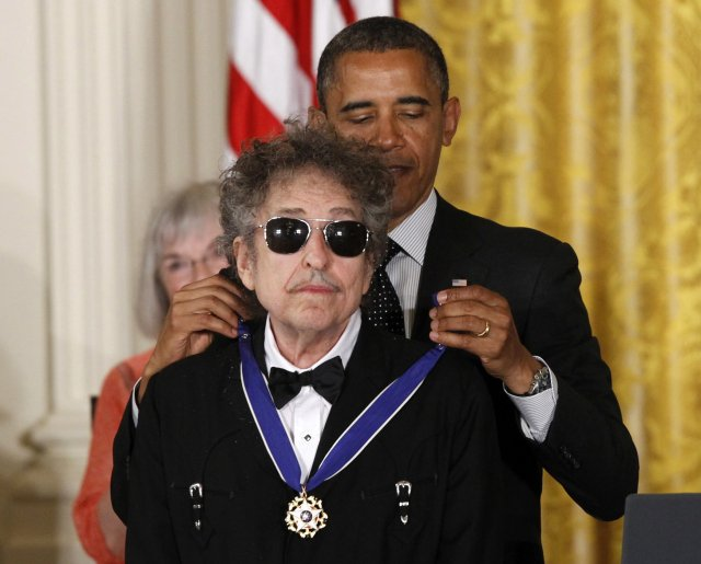 V roce 2012 udělil prezident Obama Dylanovi Prezidentskou medaili svobody. Foto: Charles Dharapak, ČZTK/AP