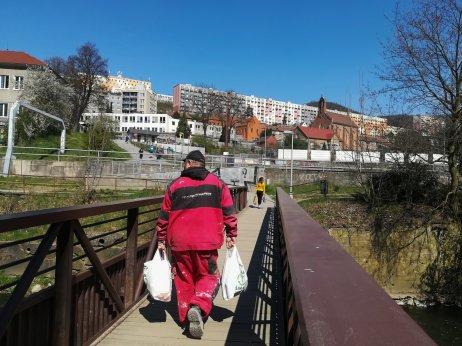 Na mostě přes řeku Svitavu bývá přes den rušno. Spojuje centrum města s obchodním centrem. Foto: Štěpán Vojtěch