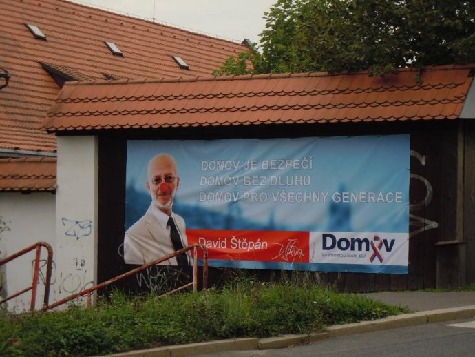 Předseda strany Domov abývalý mluvčí Jany Bobošíkové David Štěpán na billboardu před komunálními volbami vroce 2014. Zdroj Facebooková stránka strany Domov