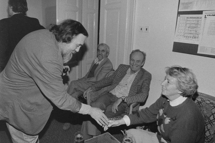Rudolf Zeman (vlevo) vredakci obnovených Lidových novin, Václavské náměstí, 1990. Na snímku zprava paní Tigridová, Jiří Ruml aDušan Kubálek, předseda Společnosti LN, která byla prvním vydavatelem deníku po roce 1989. Foto:Zdeněk Merta