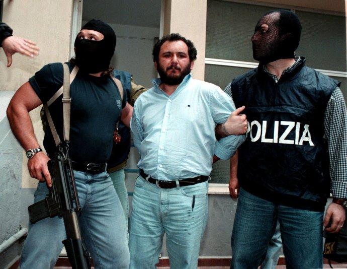Italský mafián Giovani Brusca, který se přiznal kvraždě prokurátora Giovanniho Falconeho vroce 1992. Vroce 1996byl dopaden aza tuto adalší vraždy byl odsouzen kdesítkám let vězení ina doživotí. Po spolupráci spolicií mu byl trest snížen na 26let a31.května 2021byl propuštěn na svobodu se čtyřletou podmínkou. Fotografie je z21.5. 2021. Foto:Reuters