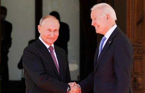 Prezidenti Ruska Vladimir Putin aUSA Joe Biden na začátku summitu ve švýcarské Ženevě. První potřes rukou, pohled každý jinam. Foto:Kevin Lamarque, Reuters