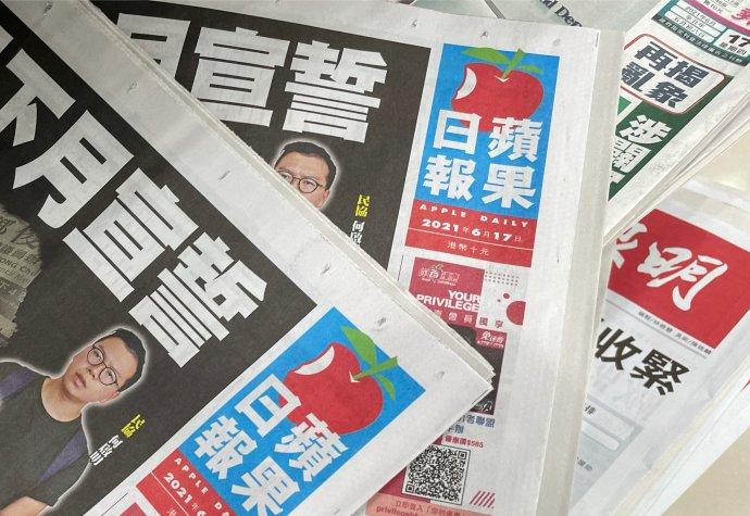"""Zdnešního otevřeného dopisu Apple Daily čtenářům: """"Dnes nám Hongkong připadá cizí, neznámé místo. Místo, které nám vyráží dech. Je to pocit bezmoci: jsme bezmocní zastavit režim, aby svévolně uplatňoval svou moc."""" Foto:Tyrone Siu, Reuters"""
