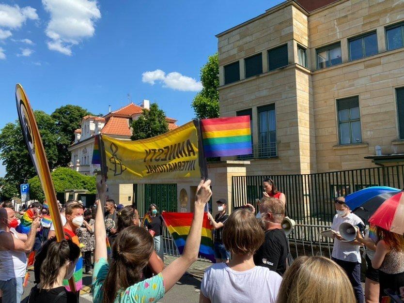 Demonstrace před maďarskou ambasádou. Foto: Deník N