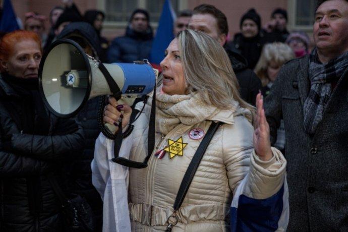 Použití žlutých hvězd na protivládních demonstracích odsoudili zástupci církví i izraelský velvyslanec. Foto: Adam Hříbal