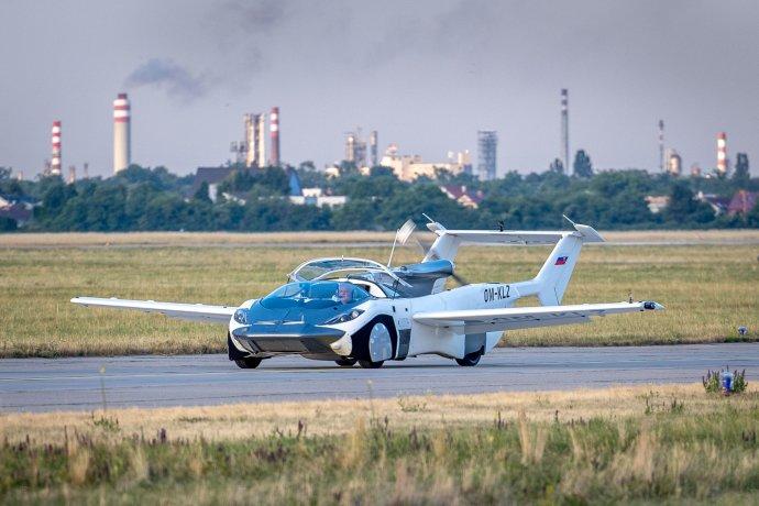 Slovenské létající auto AirCar s pilotem a projektantem Štefanem Kleinem na letišti v Bratislavě po příletu z Nitry. Foto: Tomáš Benedikovič, Denník N