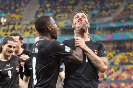 Rakouský kapitán David Alaba uklidňuje svého spoluhráče Marka Arnautoviće při oslavě gólu na 3:1proti Severní Makedonii. Foto:ČTK / Frank Hoermann / SVEN SIMON via www.imago-images.de