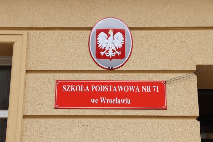 Cedule základní školy ve Wroclawi, jedné z13500ZŠ vPolsku. Foto:Tupungato, Adobe Stock
