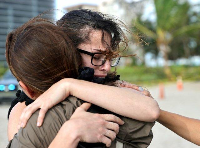 Na snímku Fayzah Bushnaqová a Maria Fernanda Martinezová před sutinami domu ve městě Surfside. Foto: David Santiago, Miami Herald / ČTK