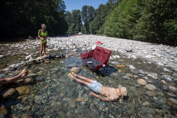 Lidé zNorth Vancouveru se vnepoznaných vedrech chladí vříčce Lynn Creek. Foto:Darryl Dyck, The Canadian Press / PA / ČTK