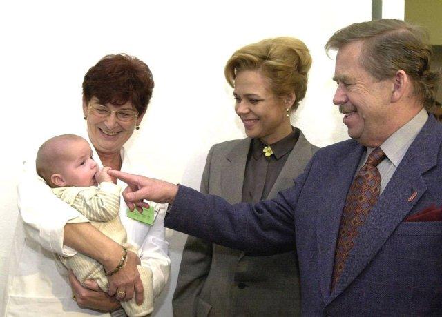 Infektoložka azakladatelka AIDS centra Bulovka Marie Staňková vroce 1999sHIV pozitivním chlapečkem vnáručí, manželé Havlovi pomohli dát do pohybu jeho adopci. Foto:ČTK