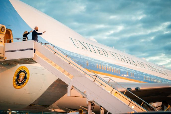 První pár USA, manželé Joe and Jill Bidenovi, přilétají do Velké Británie, kde zahajují svoji první zahraniční cestu od nástupu do Bílého domu. Foto:Adam Schultz, Bílý dům