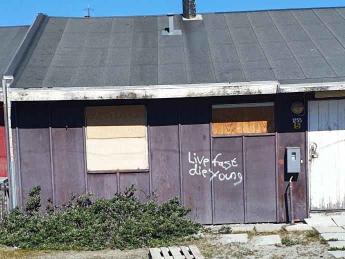 Žij rychle, zemři mladý. Nápis na domě vgrónském Illulisatu. Foto:Albína Mrázová
