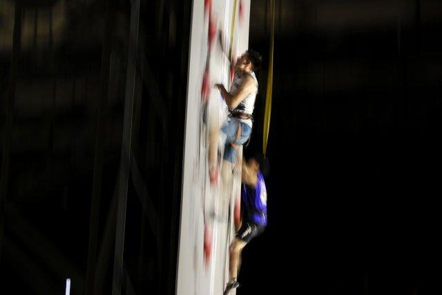 Lezení na rychlost jde Rišatovi Chajbullinovi (vlevo) nejlépe. Na olympiádě by si chtěl zajistit nejlepší výchozí pozici pro kombinaci právě v rychlosti. Foto: ČTK / AP / Jae C. Hong