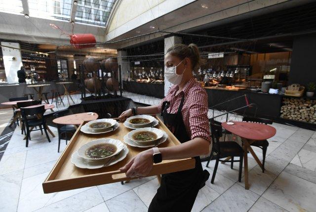 Pražská restaurace Červený jelen po zmírnění protikoronavirových opatření 31. května 2021 hostům otevřela vnitřní prostory. Ilustrační foto: ČTK