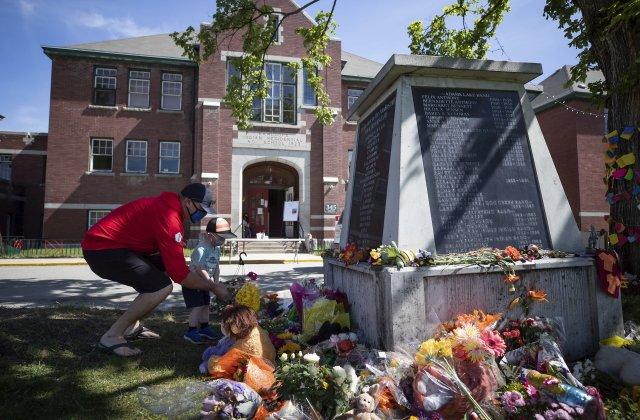 Pomník před bývalou rezidenční školou vKamloops, kde byly nedávno odhaleny ostatky 215dětí původních obyvatel Kanady. Foto:ČTK/ AP/ Darryl Dyck