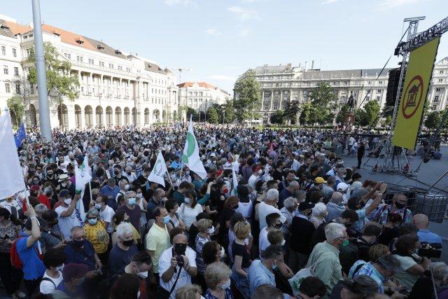 Tisíce Maďarů protestovaly první červnovou sobotu vcentru Budapešti proti záměru premiéra Orbána dotovat výstavbu kampusu čínské univerzity vhlavním městě. Foto:ČTK/AP