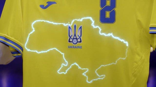 Dresy ukrajinské fotbalové reprezentace jsou vyzdobeny obrysem Ukrajiny včetně Krymu, který Rusko anektovalo. Foto:ČTK/AP
