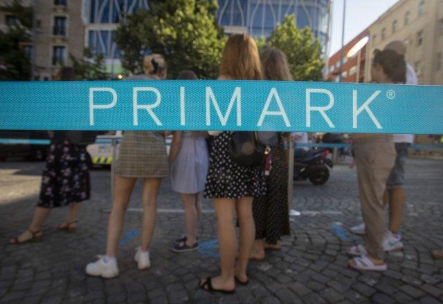 Zákazníci čekají ve frontě 17. června 2021 před nově otevřeným obchodem Primark na Václavském náměstí v Praze. Foto: ČTK