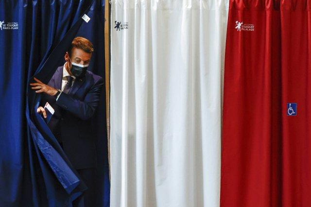 Francouzský prezident Emmanuel Macron má po prvním kole regionálních voleb o čem přemýšlet, jeho hnutí zaznamenalo fiasko (na snímku při odchodu z volební místnosti). Foto: ČTK/AP/Christian Hartmann