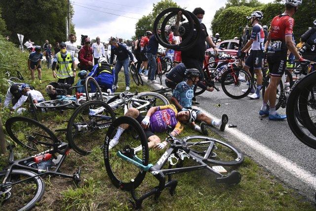 Hromadný pád během první etapy Tour de France zavinila neukázněná fanynka, která atakovala jezdce transparentem. Foto:ČTK/AP